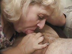 Rothaarige mädchen bringt sich selbst zum orgasmus pisten in den mund porno